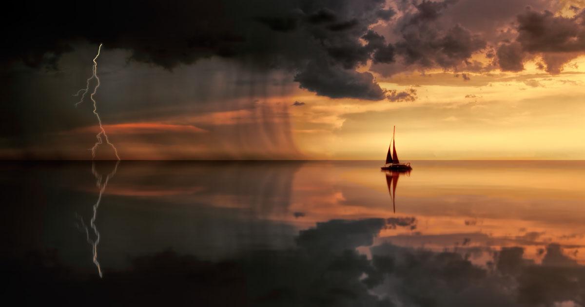 A imagem mostra uma navegação, em alto mar, saindo da tempestade e indo em direção ao oceano calmo.