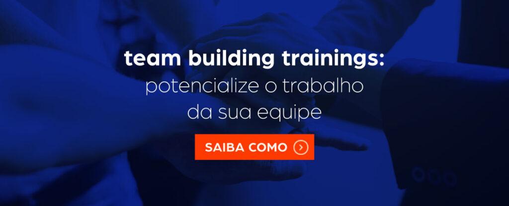 """A imagem tem ao fundo, pessoas unindo suas mãos em sinal de união de equipe. Na frente, o texto: """"Team building trainings - Potencialize o trabalho da sua equipe"""". Após, um botão para clicar e saber mais sobre o treinamento."""