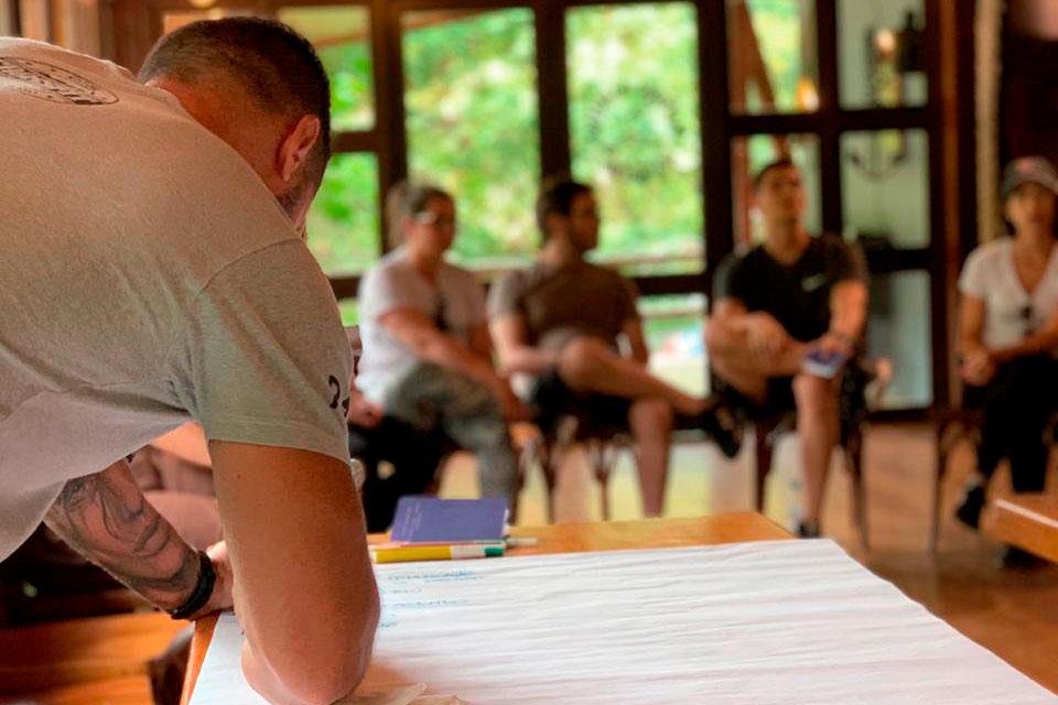 Pessoas durante treinamento da PrimeSail, ilustrando como usamos a vela como ferramenta de aprendizagem