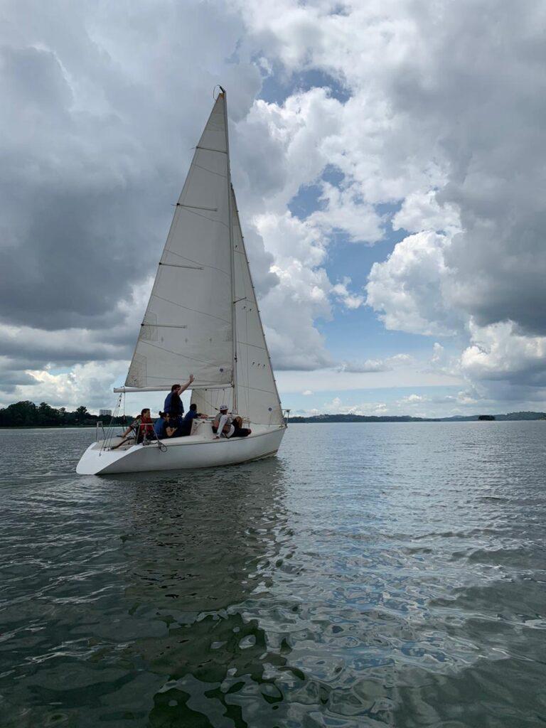 Imagem de barco à vela na represa de Guarapiranga, durante treinamento da PrimeSail